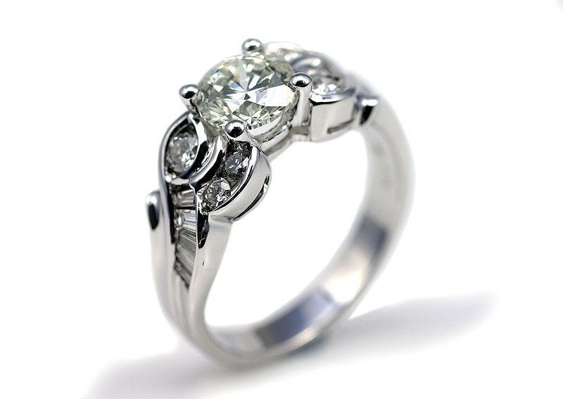 La bague de fiançailles et ses diamants baguette et brillant