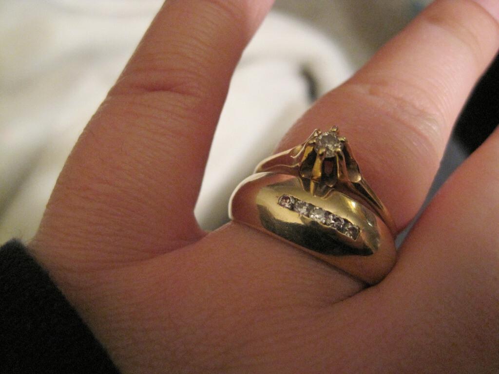 Les bagues ensemble, la bague de fiançailles et son alliance diamant