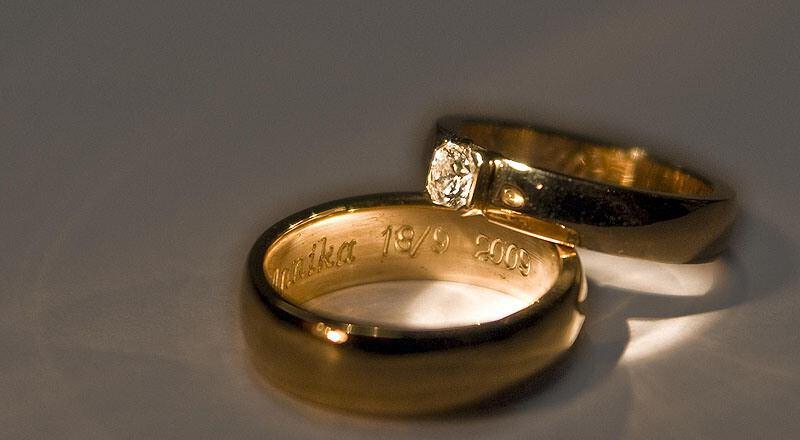 La bague de fiançailles et l'alliance en or de belle facture
