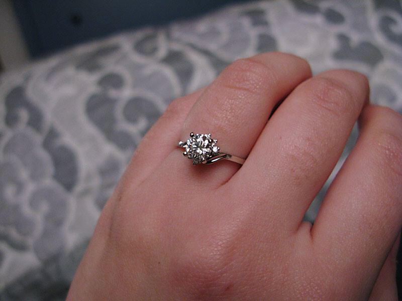 ma bague de fiançailles diamant portée à ma main gauche bague ...